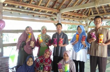 Increase Economic Independence, UMY Students Invite the Kenalan Villagers to Produce Bamboo Handicrafts